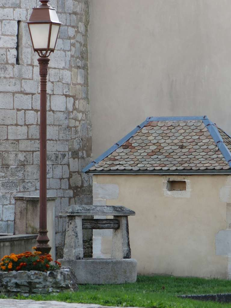 Rare chateau wishing-well in limestone from France in great condition, ready for installation. Original.