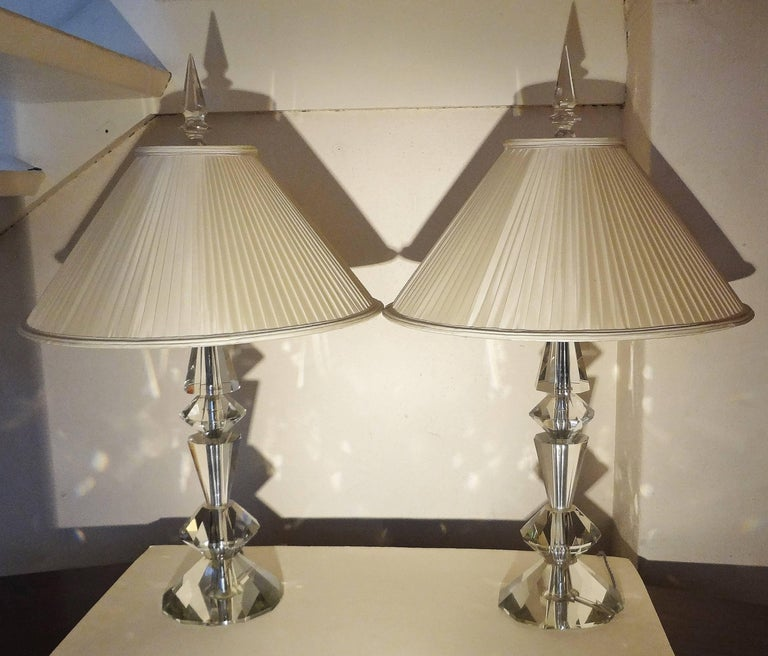 Spectacular pair of cut-glass table lamps, France, 1940s. Diamond shape. Vintage silk shade. Metal structure. Measure: Base diameter 18 cm.