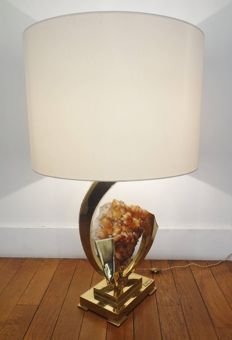 Jacques Duval-Brasseur, (1934-). Gilt brass sculpted table lamp with an amber rock crystal (yellow quartz) geode, 1970s. Rectangular lampshade. Unique. Signed. Measure: Sculpture height 19 x width 12 x depth 8 inches. Shade height 14 x diameter