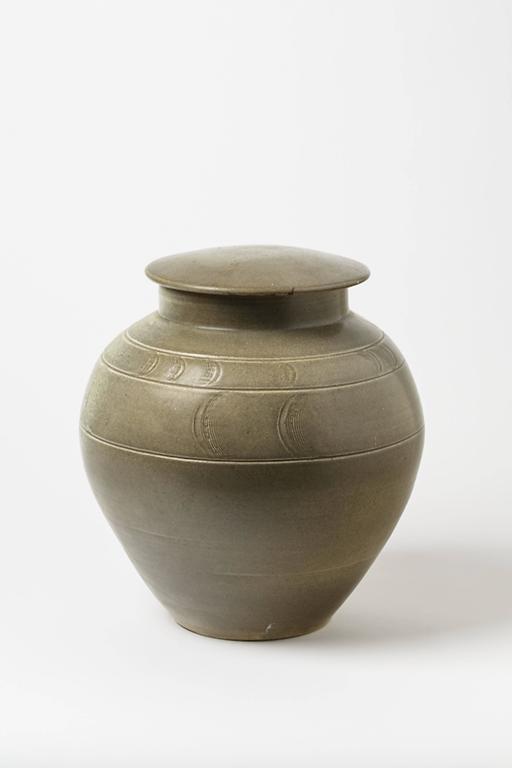 A big stoneware pot by Antoine de Vinck. Artist monogram under the base, circa 1980. Perfect original conditions.