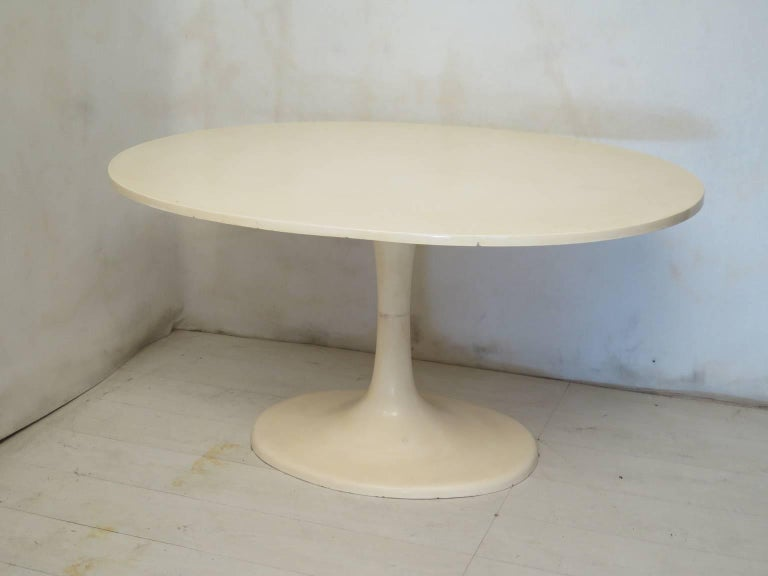 Beautiful oval table in the tulip shape, from the middle of the century.  The structure is all in plastic and white resin. Its shape is the Classic tulip shape by Eero Saarinen. The table is in a perfect oval.  Restored by the expert hands of