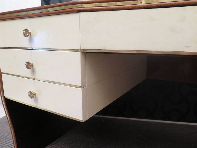 Art Deco Rectangular Walnut Brass and Goatskin Italian Writing Desk, 1930 For Sale 5