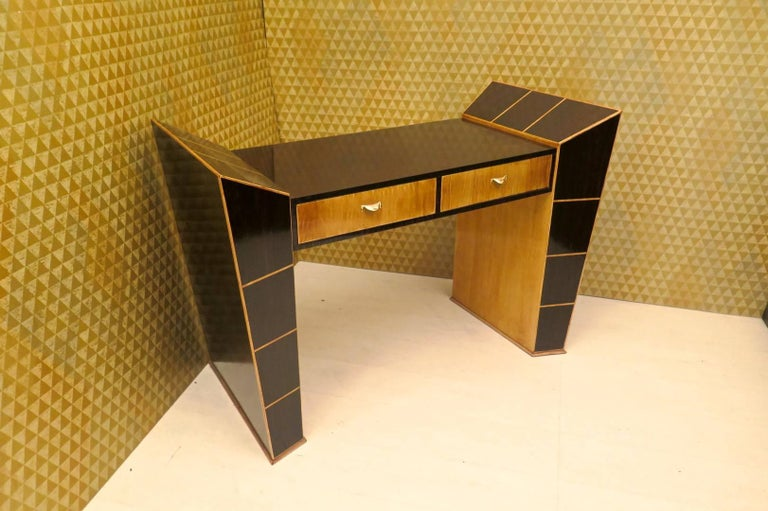 Beautiful desk in characteristic Italian style of Paolo Buffa, Vittorio Dassi and Osvaldo Borsani.  Veneer in ebony wood and maple wood. Top and external part all in ebony wood, while the internal part is all veneered in maple wood. As you can see