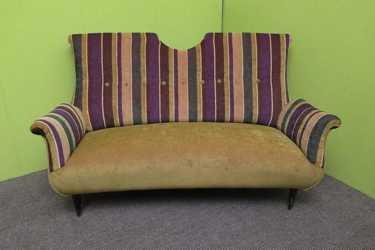 Italian manufacturing sofa from the middle of the century. All covered in velvet, of two colors, green for the seat and the back, while the part of the back and the armrests is of a matching striped velvet. Note the curl that make the armrests and