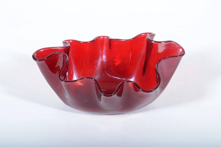 Red iredescent blown 'Fazzoletto ' Murano glass by Fulvio Bianconi for Venini. Signed with acid 1949-1950s Venini Murano made in Italy - signature. Publiched on the Book _ Fulvio Bianconi alla Venini. Skira Ed.