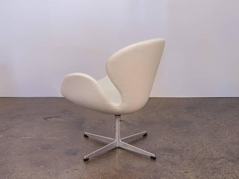 Scandinavian Modern Swan Chair by Arne Jacobsen For Sale