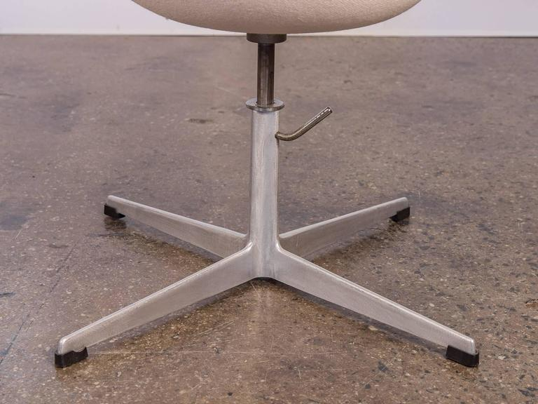 Swan Chair by Arne Jacobsen For Sale 1