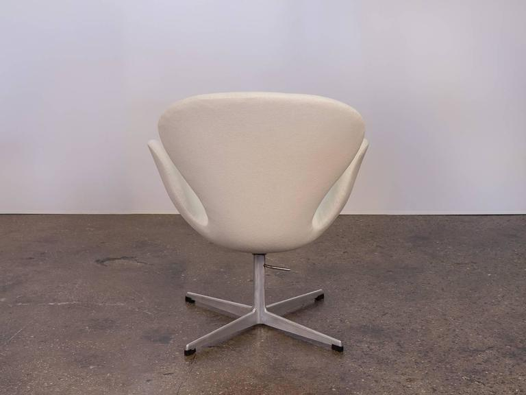 Swan Chair by Arne Jacobsen In Excellent Condition For Sale In Brooklyn, NY