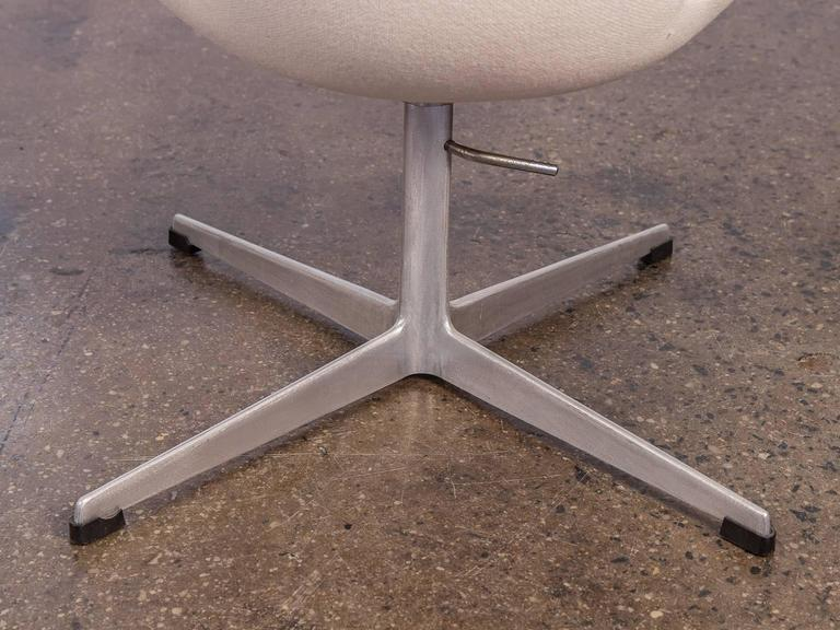 Mid-20th Century Swan Chair by Arne Jacobsen For Sale