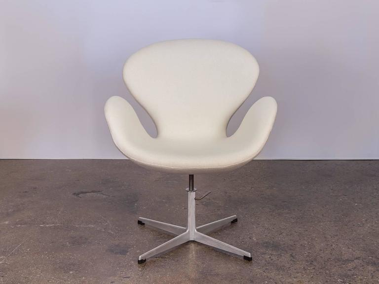 Swan Chair by Arne Jacobsen For Sale 3