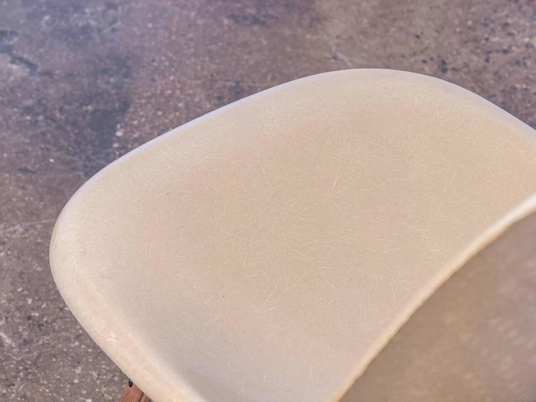 Eames Fiberglass Greige Shell Chair on Walnut Dowel Base In Excellent Condition For Sale In Brooklyn, NY