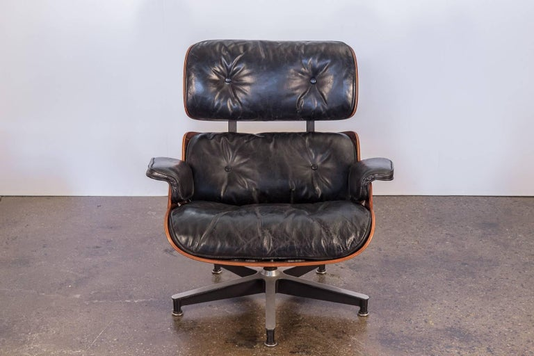 Second generation 670 lounge chair by Charles and Ray Eames for Herman Miller. The ultimate MCM lounge chair. This early 1960s example is in very good condition. Molded plywood frame has a stunning Brazilian rosewood veneer, whose grain undulates in