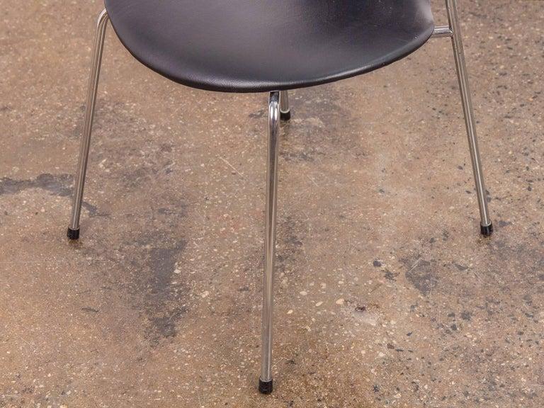 Arne Jacobsen Series 7 Black Leather Armchair for Fritz Hansen For Sale 4