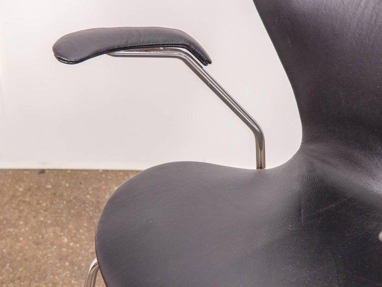 Arne Jacobsen Series 7 Black Leather Armchair for Fritz Hansen For Sale 3