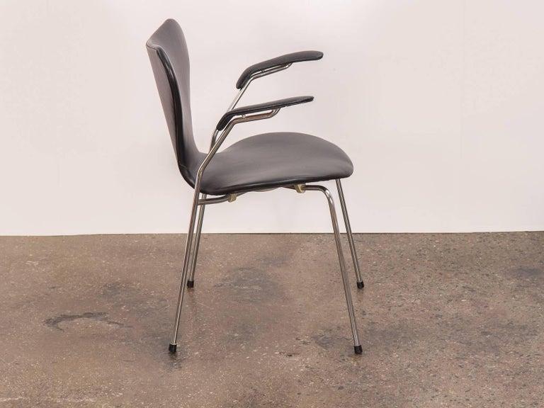 Scandinavian Modern Arne Jacobsen Series 7 Black Leather Armchair for Fritz Hansen For Sale