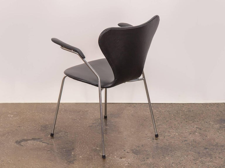 Mid-20th Century Arne Jacobsen Series 7 Black Leather Armchair for Fritz Hansen For Sale