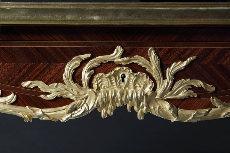 French Kingwood and Gilt Bronze-Mounted Bureau Plat with Leather Top In Excellent Condition For Sale In London, GB
