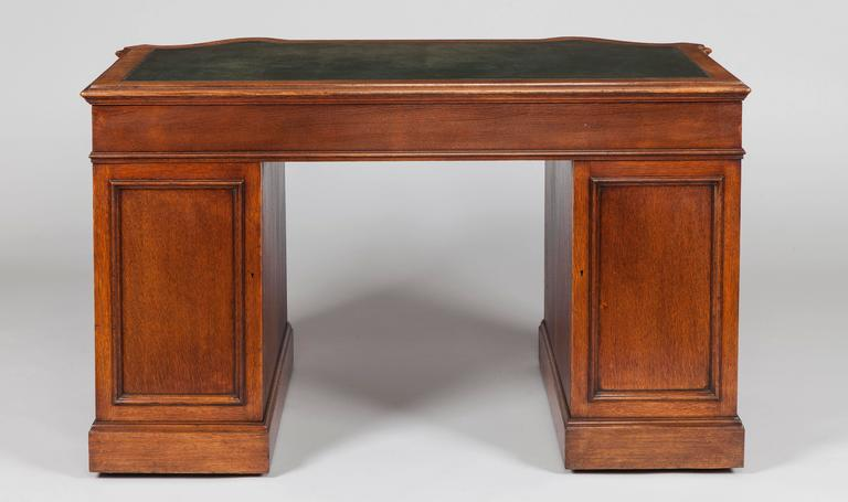 Chippendale English 19th Century Oak Pedestal Desk For Sale