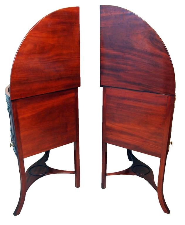 Georgian Mahogany Pair of Bowfronted Corner Washstands In Good Condition For Sale In Bedfordshire, GB