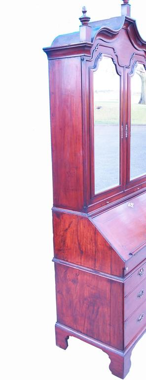 Early 18th Century Solid Walnut English Bureau Bookcase In Good Condition For Sale In Bedfordshire, GB