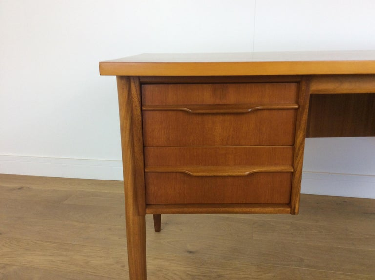 Midcentury desk In Excellent Condition For Sale In London, GB