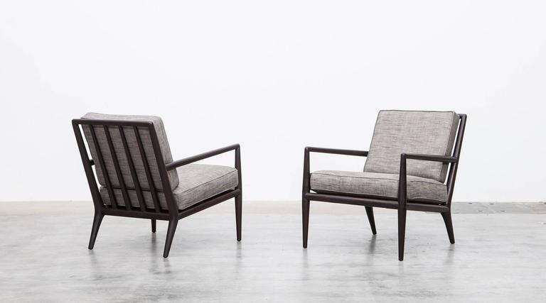 A classical example of lounge chairs designed by T. H. Robsjohn-Gibbings comes with an elegantly developed framework, which gives the chairs a good looking and comfortable seating. The cushions are newly upholstered in a high-quality fabric.