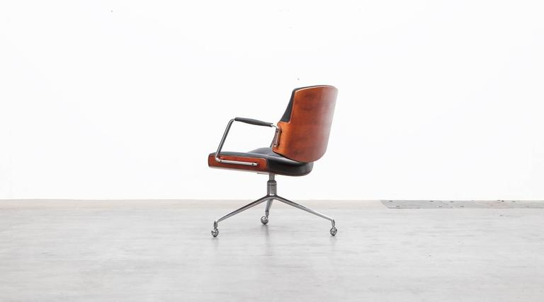 1960s Brown Wood and Black Leather Swivel Chair by Fabricius and Kastholm 'a' In Good Condition For Sale In Frankfurt, Hessen, DE