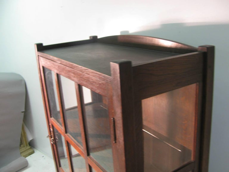 L & JG Stickley Mission Arts & Crafts, China Closet In Excellent Condition For Sale In Port Jervis, NY