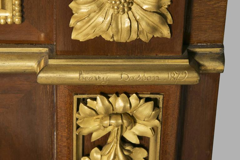 Beautiful meuble d'entre deux 'à hauteur d'appui' in mahogany. Impressive gilded and chiseled bronze decorations while still being restrained. Façade opening to a drawer decorated with statues playing horns and two doors, one of them bi-fold. It