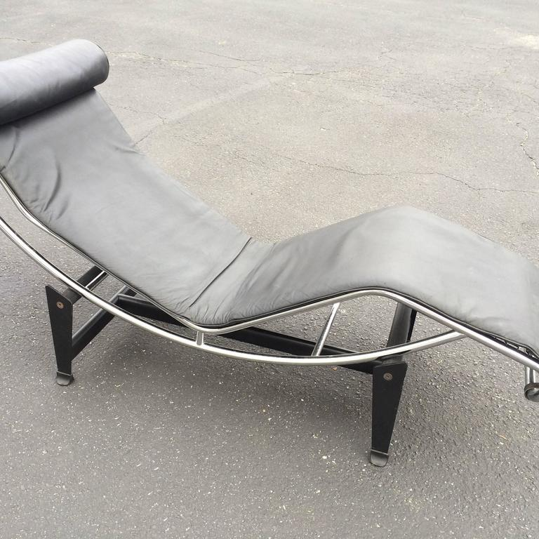 Le corbusier lc4 chaise longue in black leather at 1stdibs for Chaise longue le corbusier wikipedia
