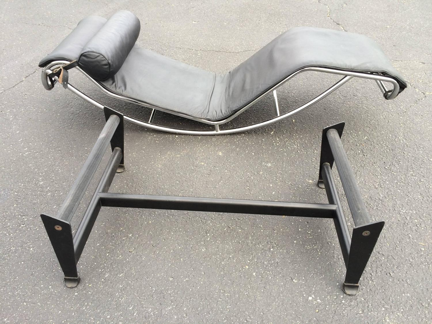 Le corbusier lc4 chaise longue in black leather at 1stdibs for Chaise longue le corbusier precio