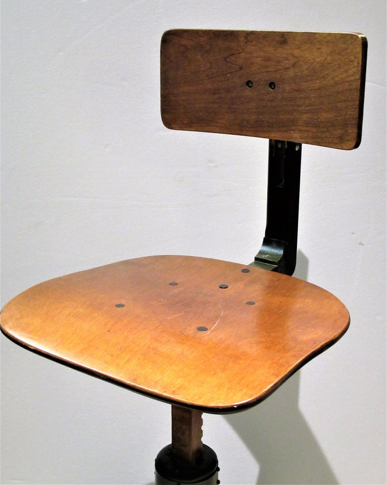 American Industrial Automatic Adjustable Stool circa 1930 - 1940 For Sale 4