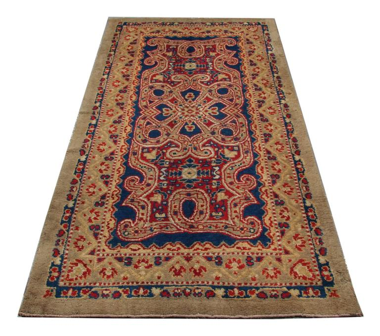 A woven rug English Axminster with a bold and elegant luxury rugs design in excellent condition. These large living room rugs have a fascinating colour combination which would go with the classical or modern decor. This brown rug is kind of rugs and