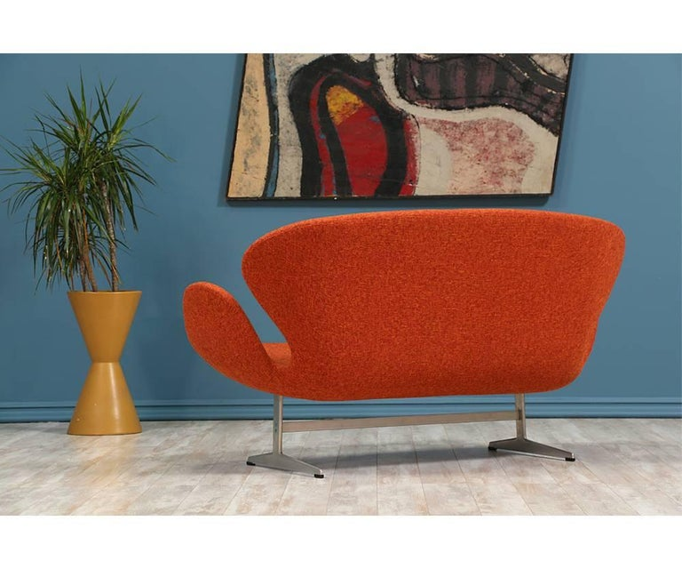 "Mid-20th Century Arne Jacobsen ""Swan"" Sofa for Fritz Hansen For Sale"