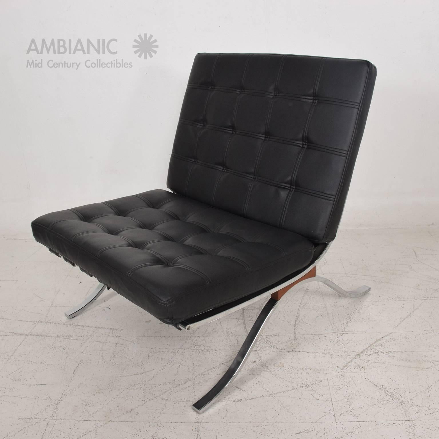 Mid Century Modern Selig Barcelona Chair Chrome And Naugahyde In Good  Condition For Sale In