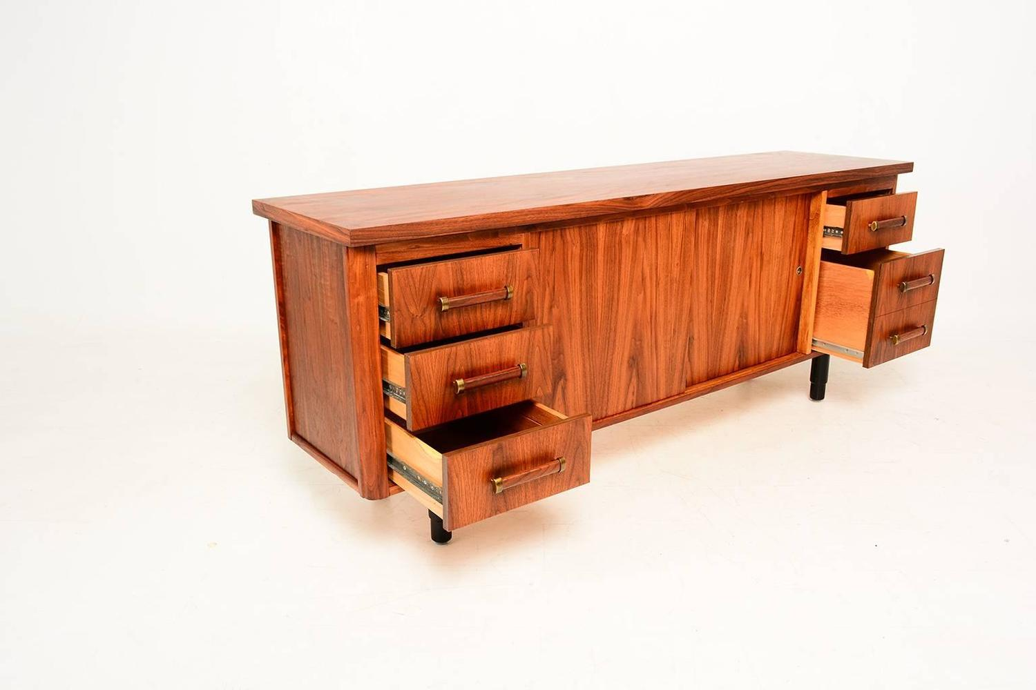 Mid-Century Modern Credenza For Sale at 1stdibs