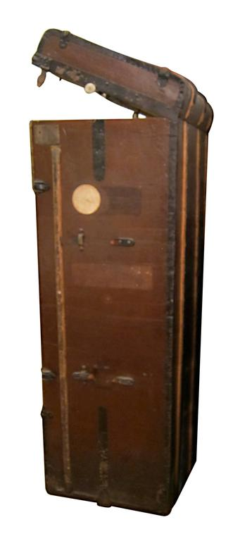 Bad Photos Large German Traveling Wardrobe Suitcase with Leather Handles In Good Condition For Sale In New York, NY