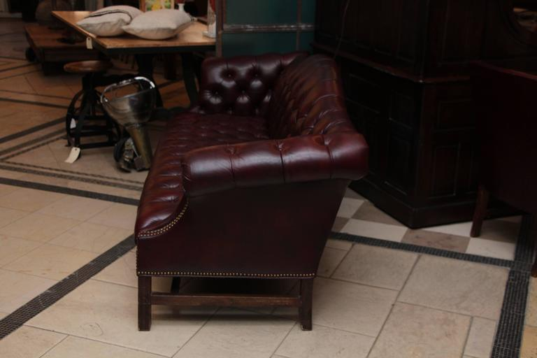 1980s Tufted Burgundy Chesterfield Leather Sofa and Chair Set with Hickory Wood In Excellent Condition In New York, NY