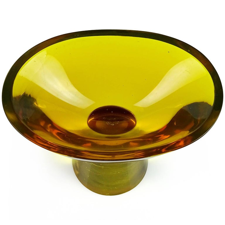 """Beautiful large Murano hand blown Sommerso dark topaz and golden yellow Italian art glass footed bowl / compote. Documented to designer Flavio Polo, for Seguso Vetri d'Arte. The color combination is called """"Giallo - Topazio Brusciato"""", and in the"""