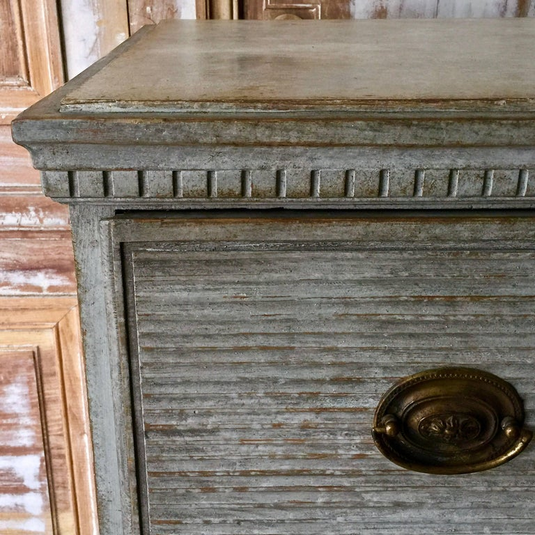 Swedish Gustavian Chest of Drawers with Reeded Front In Good Condition For Sale In Charleston, SC