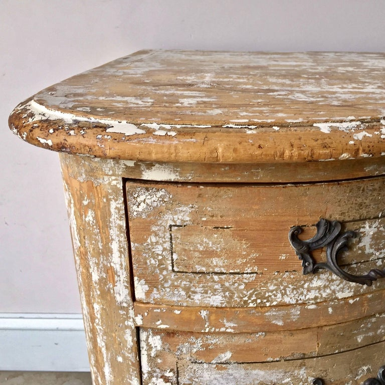 Hand-Carved 18th Century Serpentine Front Chest of Drawers For Sale