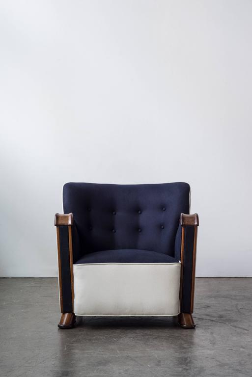 Two-Tone Easy Chair with Mahogany Frame 3