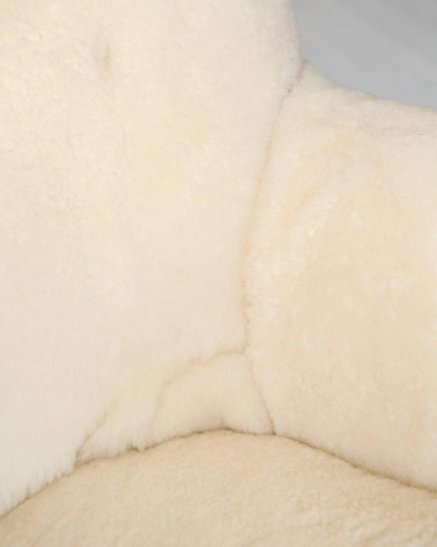 Model 1669 White Sheepskin Fritz Hansen Easy Chair In Excellent Condition For Sale In Brooklyn, NY