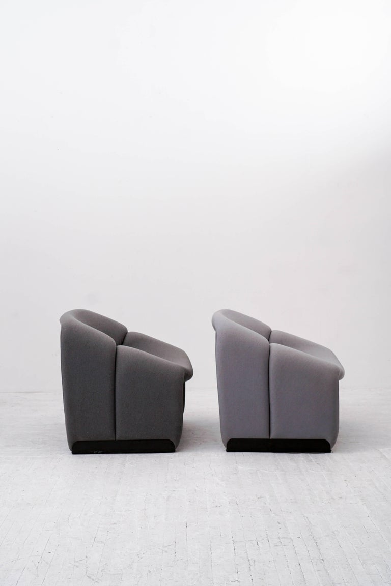 Iconic pair of 1970s groovy chairs by French designer Pierre Paulin for Artifort in the Netherlands. 
