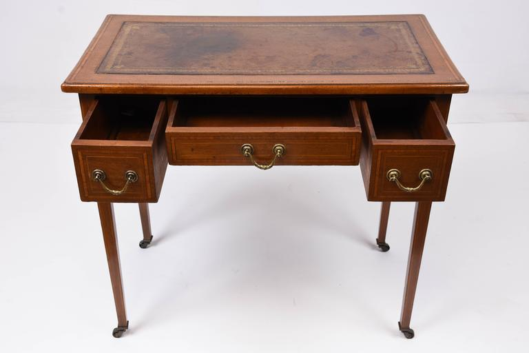 This 1870s antique English traditional-style writing desk is made from  mahogany wood in its - 19th Century English Writing Desk At 1stdibs