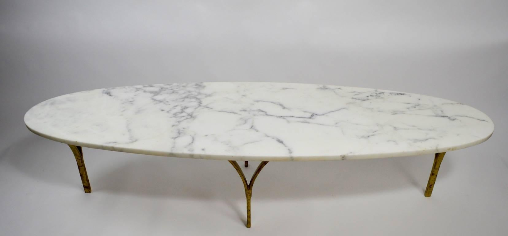 Charmant Oval Marble Top Coffee Table With Brass Legs For Sale 2