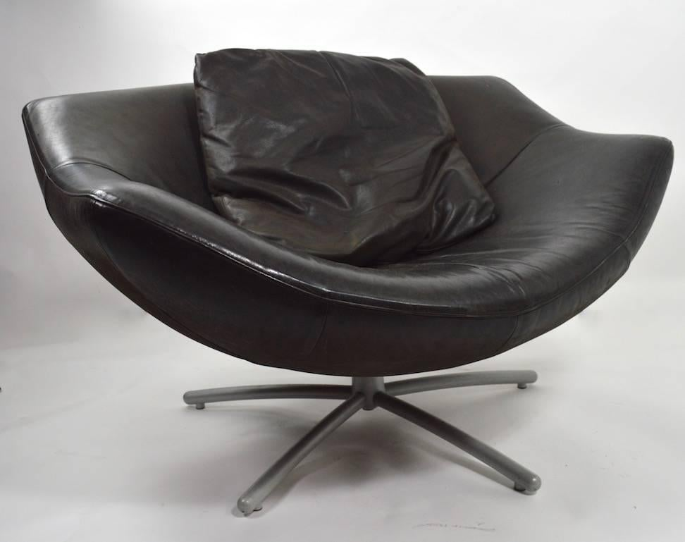 Post Modern Pair Of Leather Swivel Chairs By Gerard Van Den Berg For Sale
