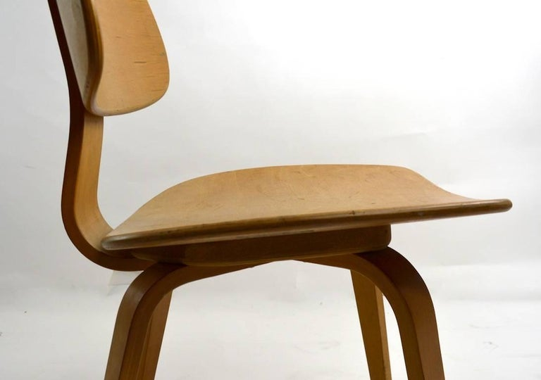 20th Century Pair of Thonet Mid Century Bentwood Chairs For Sale