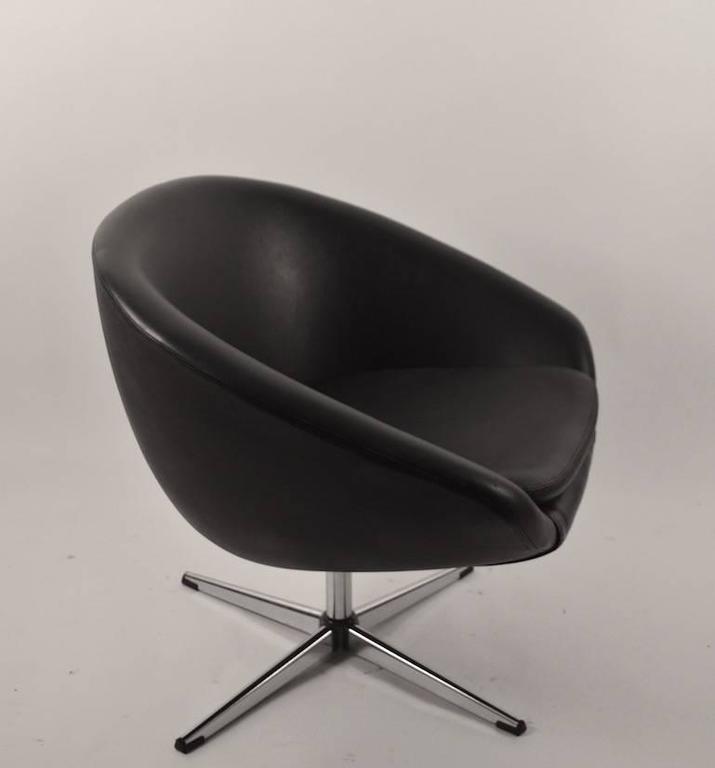 Mid Century Modern Single Black Overman Swivel Pod Chair For Sale