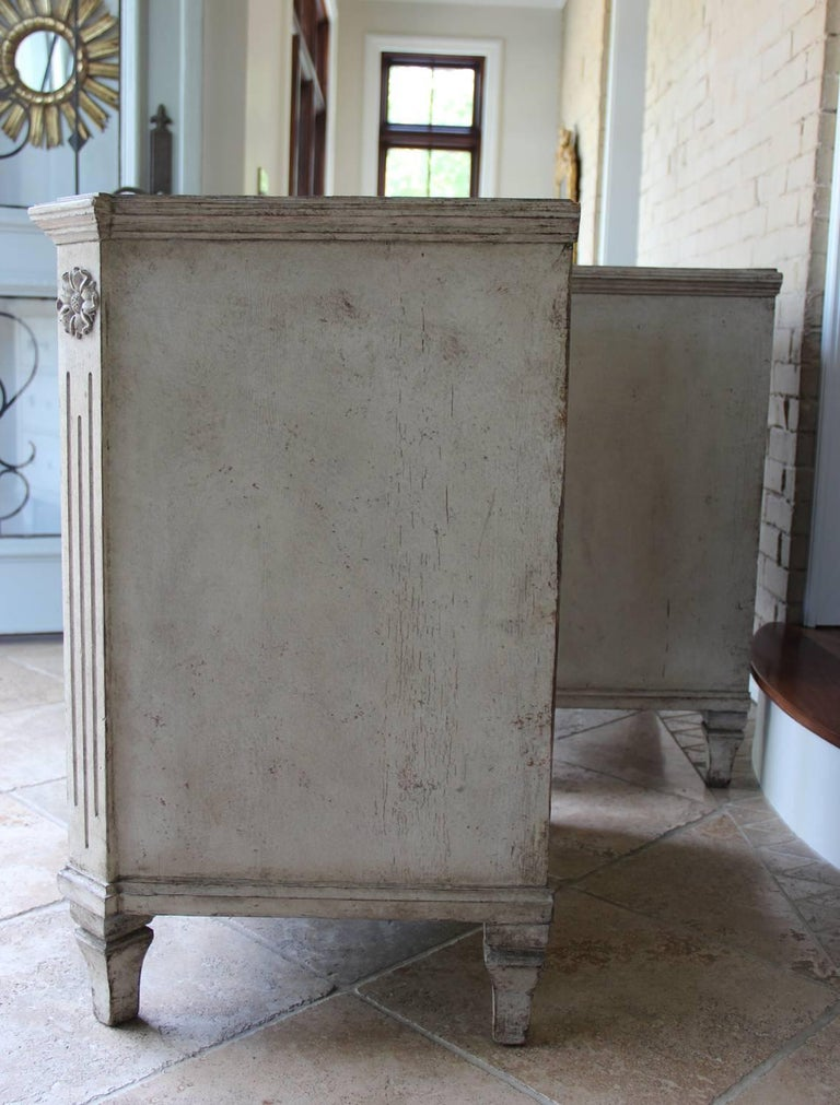 19th Century Swedish Gustavian Style Pair of Painted Bedside Chests For Sale 4